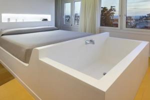 hotel con bañera en la habitación en Granada