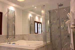 Hotel con jacuzzi en la habitación en Granada